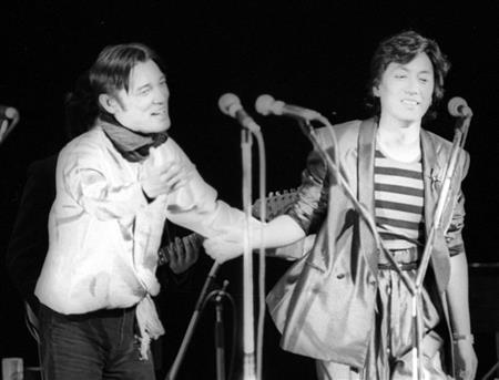日劇ウエスタンカーニバルで共演した左から萩原さん、沢田。2人はGS黄金期の顔だった=1981年1月撮影
